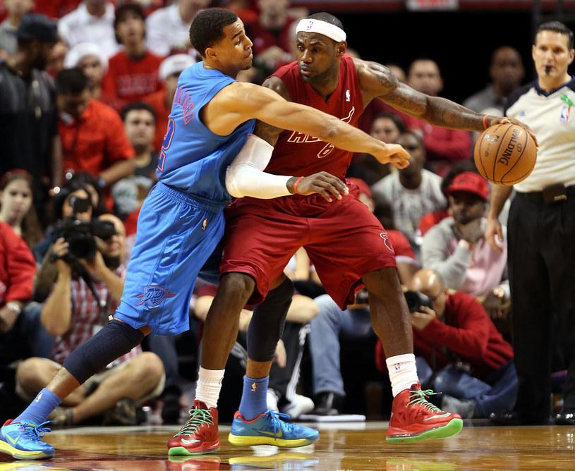 LeBron James (z piłką) /AFP