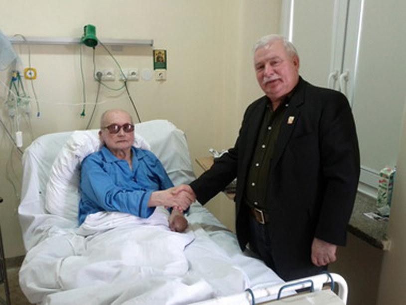 Lech Wałęsa odwiedził gen. Jaruzelskiego w szpitalu /AFP