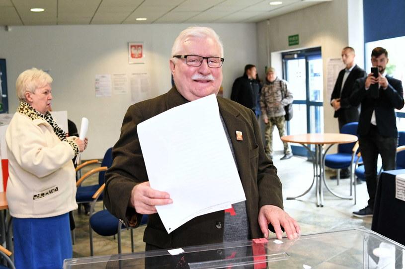 Lech Wałęsa przy urnie wyborczej / Adam Warżawa    /PAP