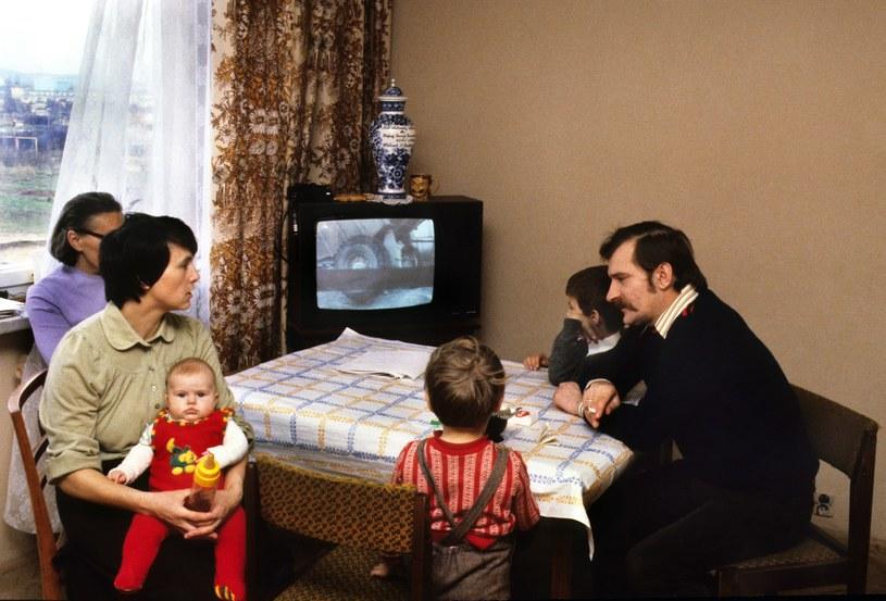 Lech Wałęsa w mieszkaniu z rodziną, 1980 rok /Chris Niedenthal /Agencja FORUM