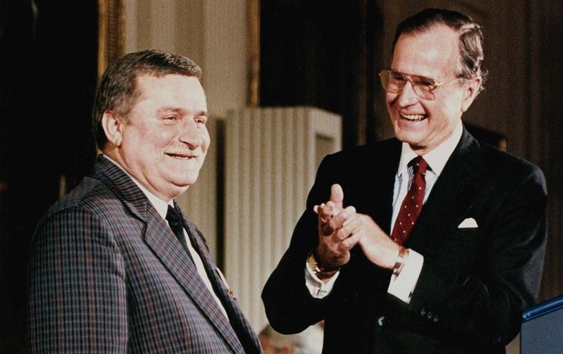 Lech Wałęsa w USA w listopadzie 1989 roku, na zdjęciu z Georgem H. W. Bushem, ówczesnym prezydentem Stanów Zjednoczonych /LUKE FRAZZA / AFP /AFP