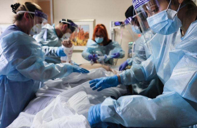 Leczenie chorego na COVID-19 w kalifornijskim szpitalu /AFP