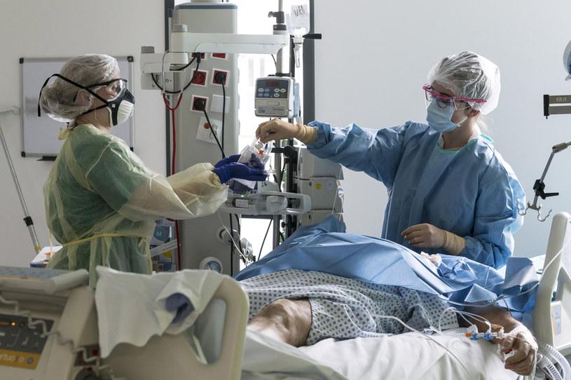Leczenie pacjenta chorego na COVID-19; zdj. ilustracyjne /AFP