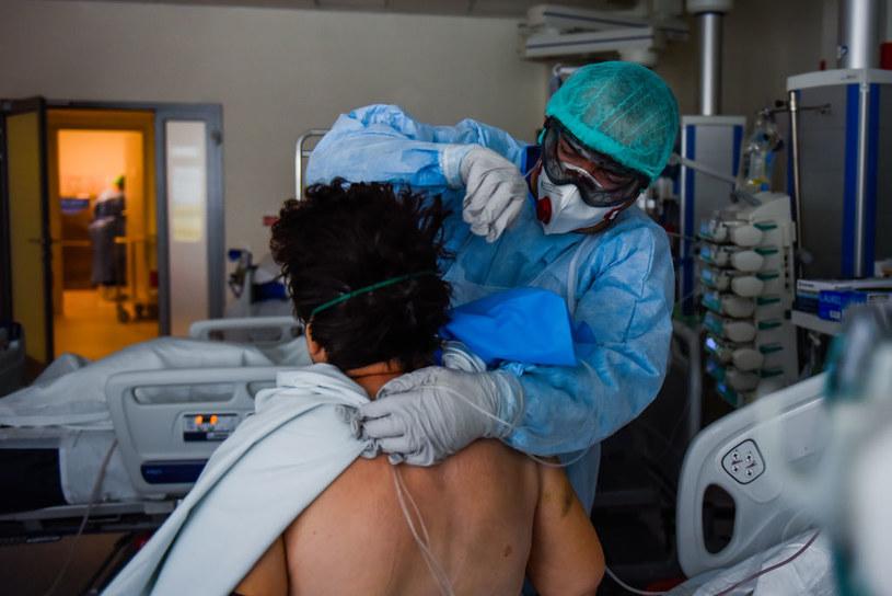 Leczenie pacjenta z COVID-19 w Krakowie, zdjęcie ilustracyjne /Omar Marques /Getty Images