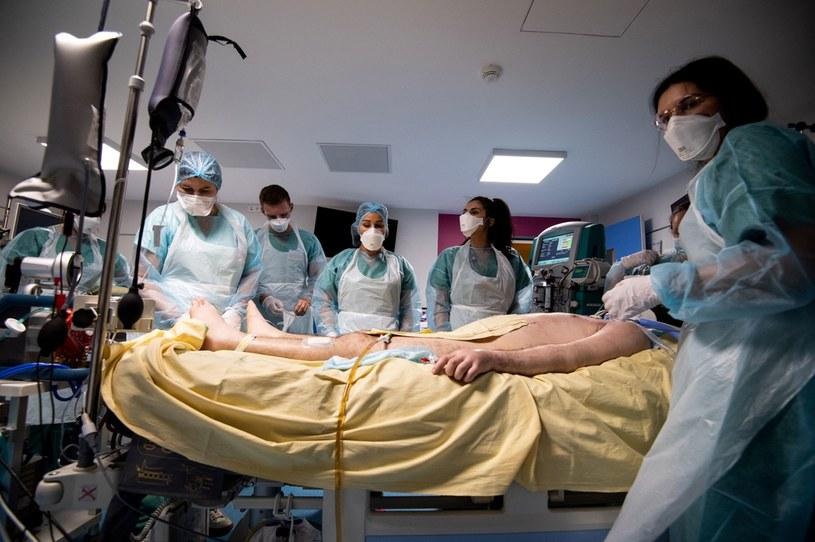 Leczenie pacjenta z COVID-19 we francuskim szpitalu; zdj. ilustracyjne /AFP
