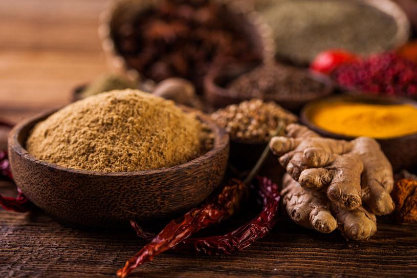 Lecznicze zioła nie tylko wzmocnią smak potraw, ale i pomogą w wielu dolegliwościach żołądkowych /123RF/PICSEL