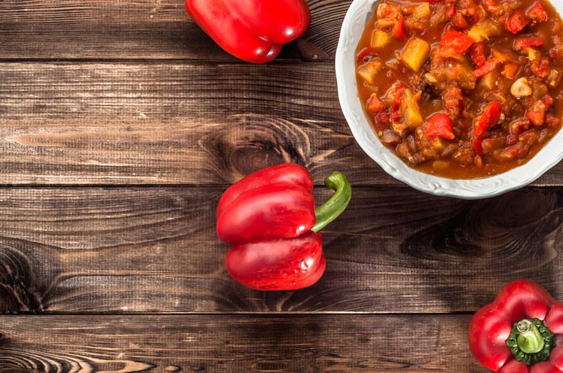 Leczo to idealne danie na lato. Można przygotowywać je w różnych odsłonach /123RF/PICSEL