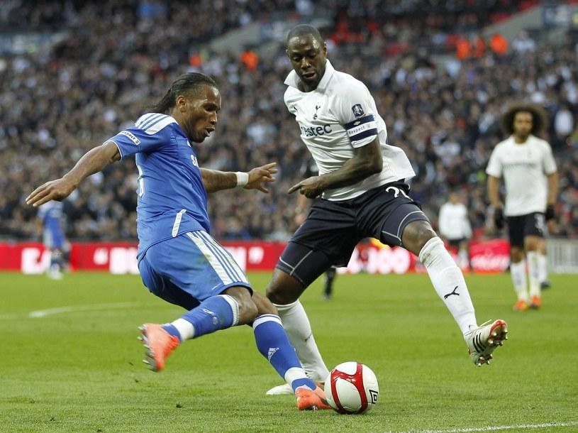 Ledley King podczas spotkania z Chelsea Londyn walczy z Didierem Drogbą /AFP