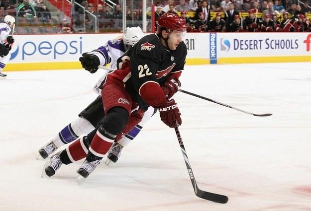 Lee Stempniak (nr 22) z Phoenix Coyotes zdobył swoją 100. bramkę w meczu NHL /AFP