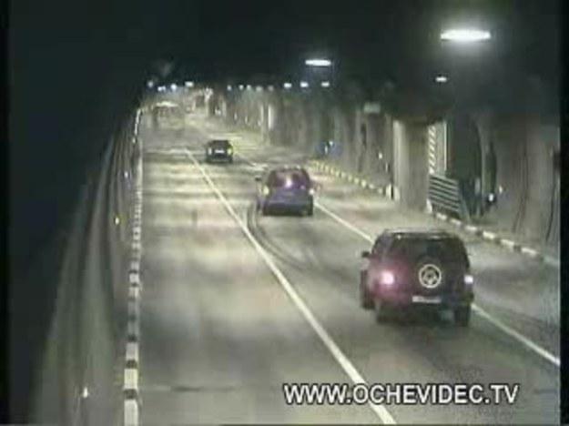 Lefortowo, Moskwa, Rosja. Ten tunel jest najdłuższym miejskim tunelem w Europie. Nad nim znajduje się rzeka, co powoduje, że na nawierzchni drogi skrapla się i gromadzi woda. Gdy temperatura spada poniżej - 20 st. Celsjusza, łatwo domyślić się, jaki będzie tego rezultat. Zdjęcia z kamery pochodzą tylko z jednego dnia.  Czy ktoś jeszcze narzeka na zły dojazd do swojej pracy? A tak przy okazji: gratulacje dla kierowcy autobusu przegubowego!