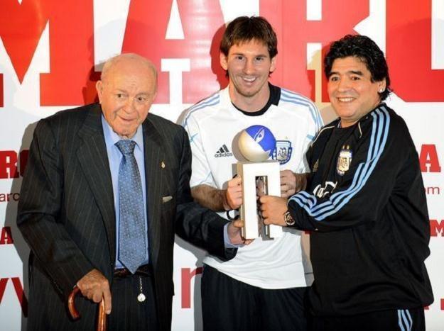 Legenda Realu Alfredo di Stefano (z lewej) zachwyca się grą Lionela Messiego (w środku) /AFP