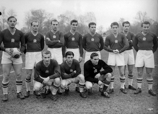 Legendarna reprezentacja Węgier. Jeno Buzanszky stoi drugi od lewej. /AFP