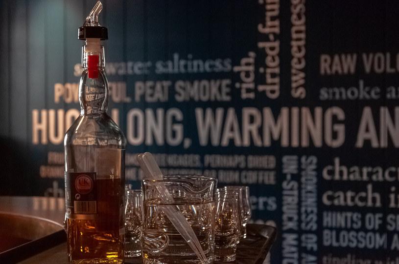 Legendarna szkocka whisky Talisker powstaje właśnie na wyspie Skye /123RF/PICSEL