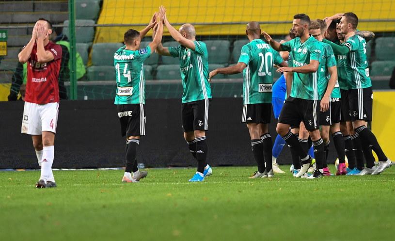 Legia strzelała gola za golem, a Maciej Sadlok (1. z lewej) nie mógł uwierzyć w to, co się dzieje. /Piotr Nowak /PAP