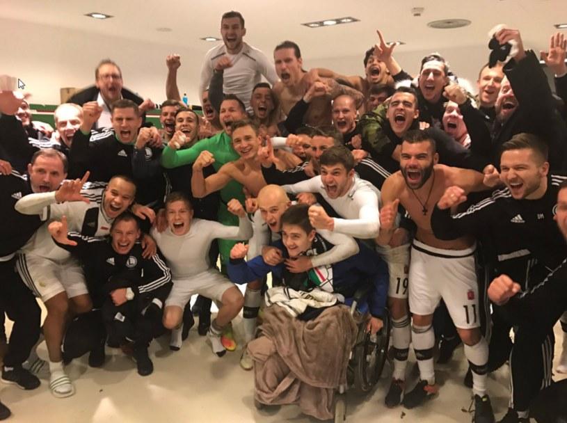 Legia Warszawa celebruje awans do 1/16 Ligi Europy /fot. Twitter Jakuba Rzeźniczaka /