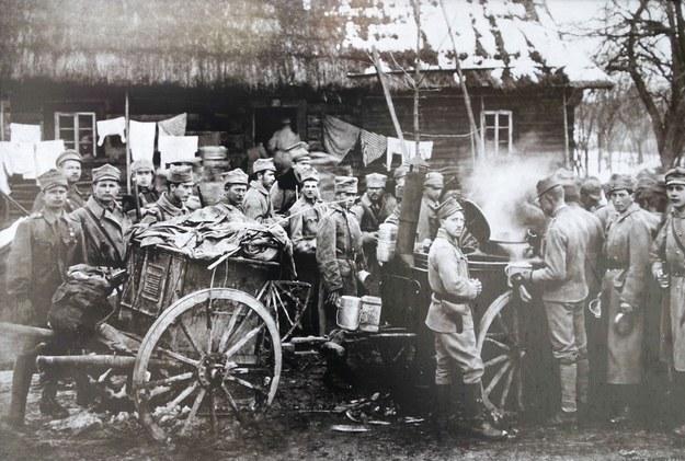 Legioniści przy kuchni polowej. /Piotr Kamionka/REPORTER /East News