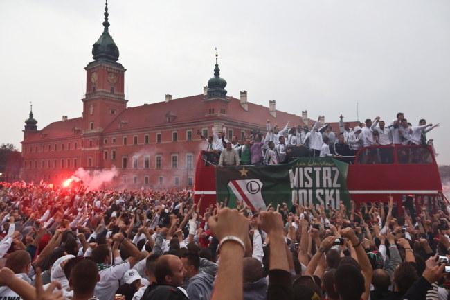 Legioniści świętują na placu Zamkowym /Rafał Guz /PAP