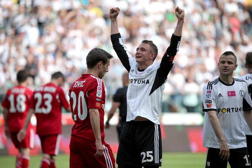 Legionista Jakub Rzeźniczak (z rękami do góry) pokazał wiślakowi Bobanowi Joviciowi, że w Polsce gra się twardo. /Leszek Szymański /PAP