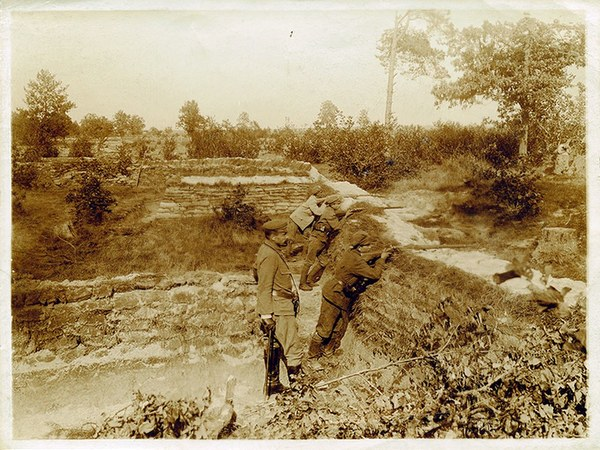 W okopach Józef Haller i podkomendni na strzelnicy 2. pułku piechoty