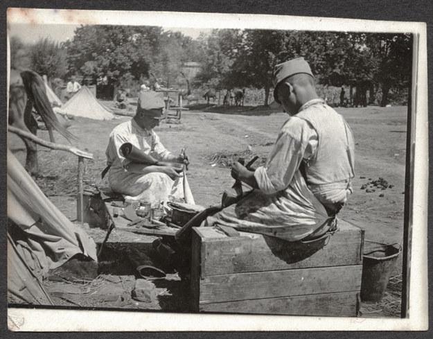 Legionowi szewcy. Rarańcza, 1915 /Stanisław Janowski /Muzeum Historii Fotografii w Krakowie
