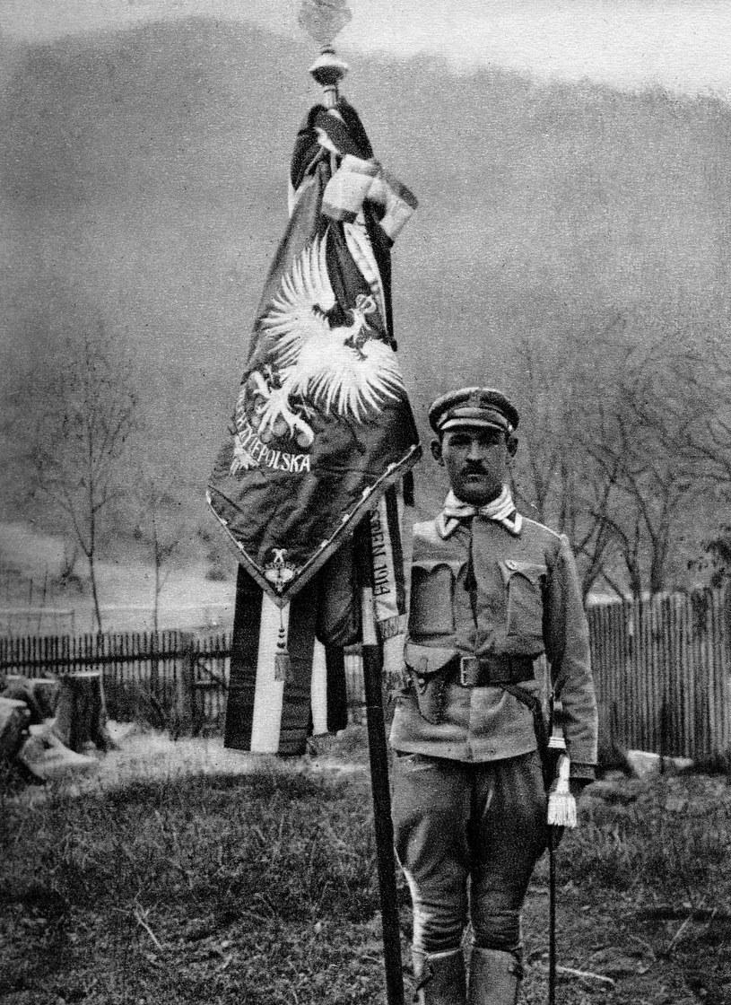 Legiony Polskie, n/z chorąży Marek z chorągwią ofiarowaną przez Węgrów, 1914 /Reprodukcja: FoKa /Agencja FORUM