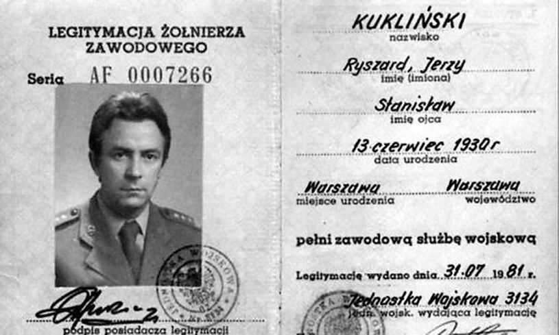 Legitymacja żołnierza zawodowego Ryszarda Kuklińskiego, 1981 /Laski Diffusion /East News