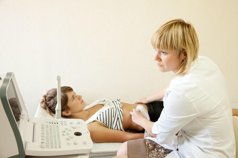 Lekarz na bieżąco widzi na ekranie monitora, co dzieje się w organizmie. /123RF/PICSEL