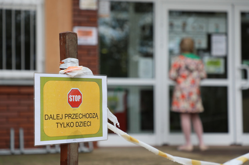 Lekarz o nowych obostrzeniach: Restrykcje powinny pomóc, ale nie rozumiem niektórych idei /Piotr Molecki /East News