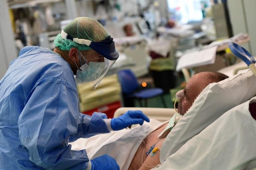 Lekarz pochyla się nad pacjentem zakażonym koronawirusem, Włochy, Bolonia, 15 kwietnia 2020 /MIGUEL MEDINA / AFP /AFP