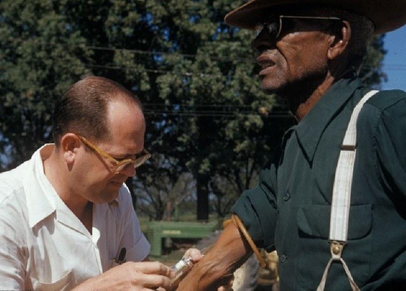 Lekarz podaje placebo jednemu z mieszkańców Tuskegee /domena publiczna