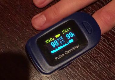 Lekarz pokazuje, jak prawidłowo używać pulsoksymetru