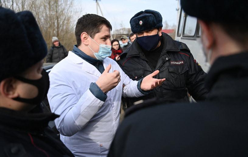 Lekarz przed kolonią karną, w której przebywa Aleksiej Nawalny /AFP