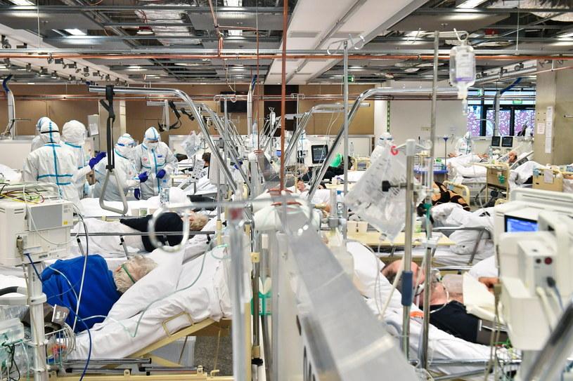 Lekarze i pacjenci na oddziale szpitala tymczasowego w Warszawie /Andrzej Lange /PAP