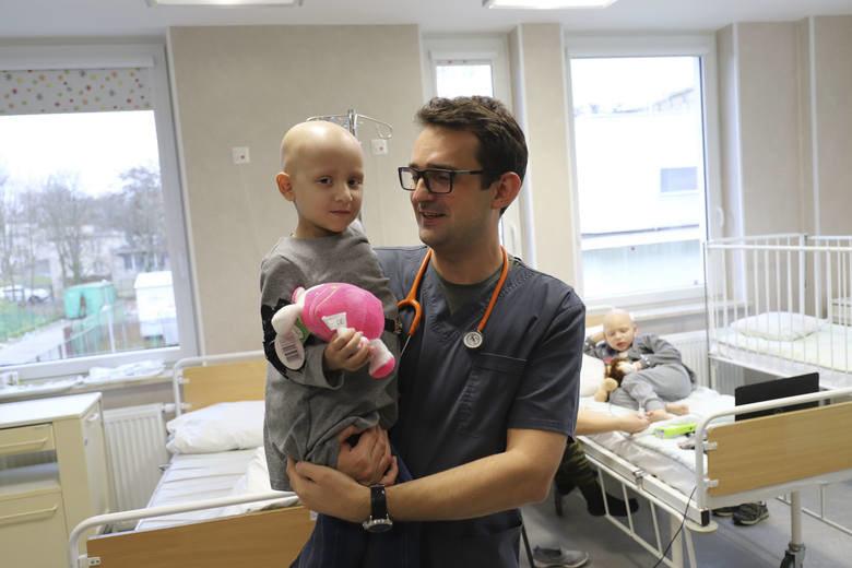 Lekarze i pielęgniarki bardzo zaangażowali się w pomoc małej Samirce /Styl.pl/materiały prasowe