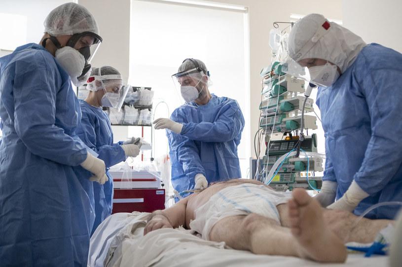 Lekarze na oddziale intensywnej terapii, przeznaczonym dla pacjentów chorych na COVID-19 /Jacek Szydlowski /Agencja FORUM