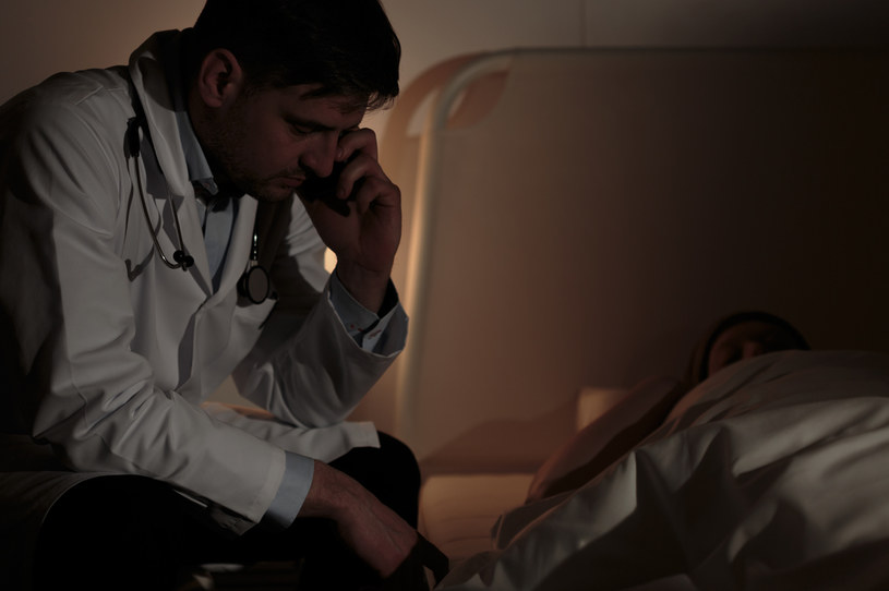 Lekarze POZ masowo odmawiają udziału w oględzinach zwłok i stwierdzenia zgonu /AFP