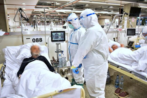 Lekarze przy łóżku pacjenta na oddziale szpitala tymczasowego w Warszawie /Andrzej Lange /PAP