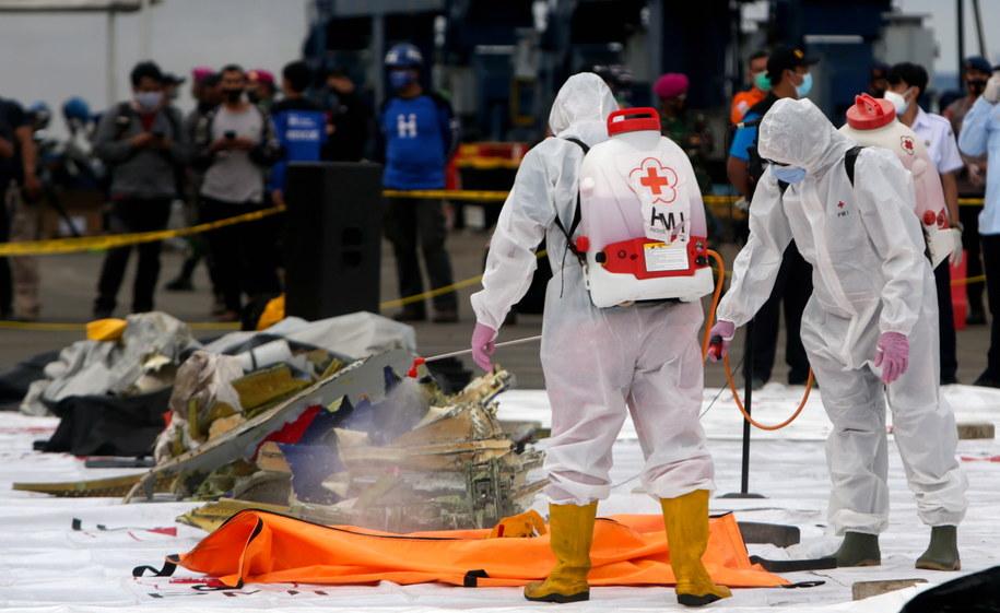 Lekarze rozpylają środek dezynfekujący na szczątki samolotu SJ182 Sriwijaya Air, znalezione w wodzie u wybrzeży Dżakarty /ADI WEDA /PAP/EPA