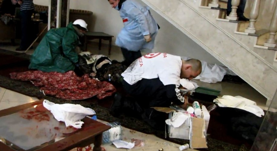 Lekarze udzielają pomocy postrzelonym przez snajpera /Przemysław Marzec /RMF FM
