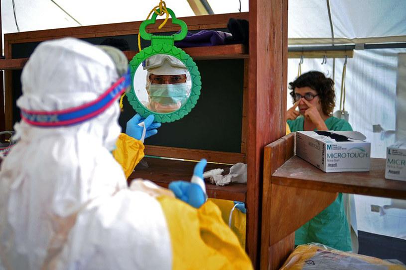 Lekarze w Kailahun mieście w Sierra Leone przygotowują się do badania chorego pacjenta /East News