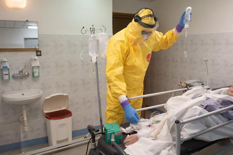 Lekarze w szpitalu Bródnowskim w Warszawie na oddziale zakaźnym w czasie epidemii koronawirusa /Filip Blazejowski /Agencja FORUM