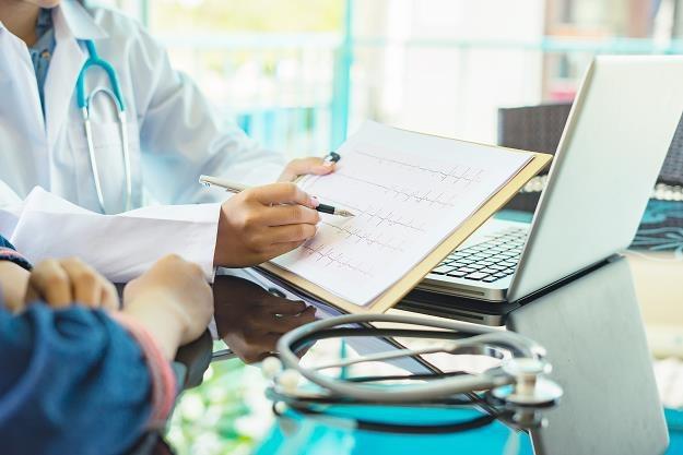 Lekarze z własnej pensji opłacają badania pacjentów /©123RF/PICSEL