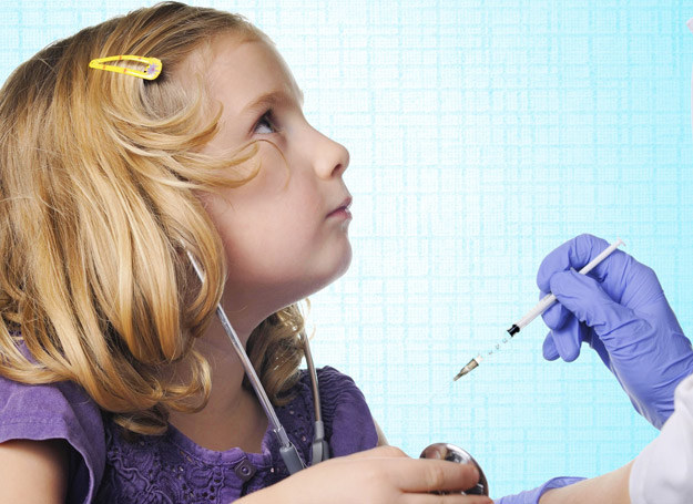 Lekarze zgodnie twierdzą, że szczepionki są bardzo wnikliwie kontrolowane w instytutach badawczych i są bezpieczne zarówno dla małych, jak i dorosłych pacjentów. /123RF/PICSEL