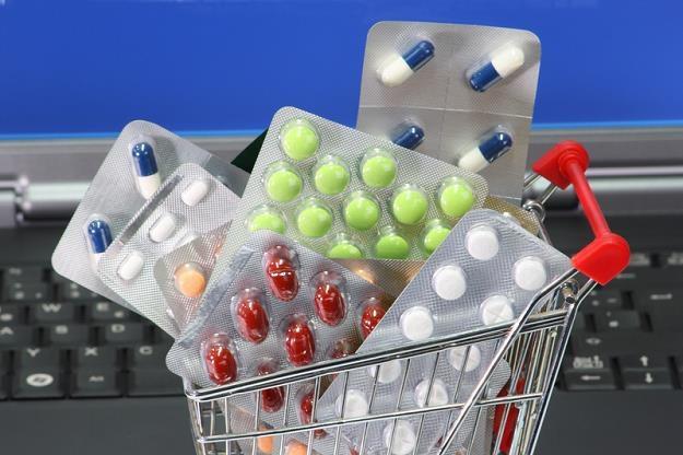 Leki kupowane w internecie są nawet dwukrotnie tańsze niż w tradycyjnych aptekach /© Panthermedia
