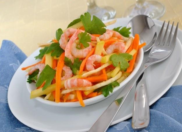 Lekka sałatka warzywna z krewetkami /123RF/PICSEL