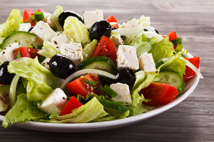 Lekką sałatkę grecką przygotujesz w zaledwie 15 minut /123RF/PICSEL