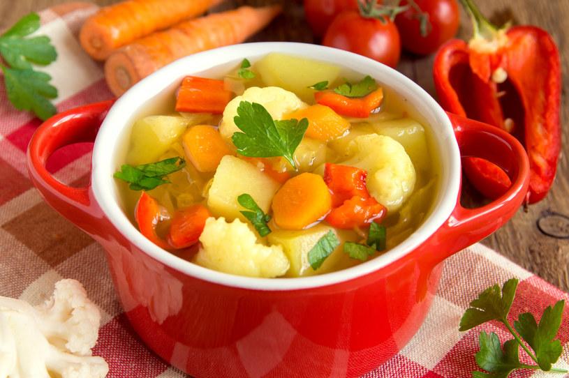 Lekka zupa ze świeżych warzyw łączy pokolenia /123RF/PICSEL