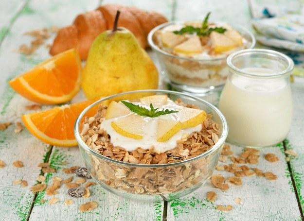Lekki deser na bazie jogurtu i gruszek /123RF/PICSEL