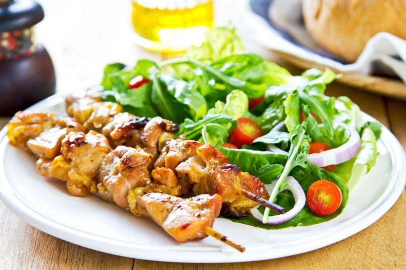 Lekki obiad- szaszłyki z indyka podawane z sałatką /123RF/PICSEL