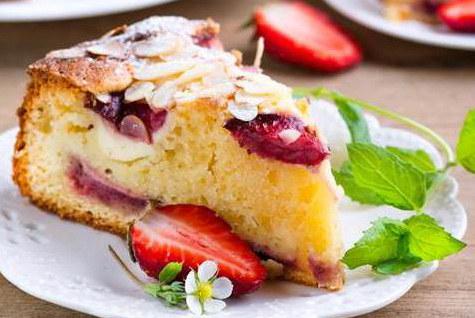 Lekkie i smaczne ciasto z owocami /materiały prasowe